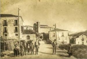 Sullo sfondo la Chiesa di Santa Caterina e la torre campanaria negli anni venti